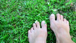 Füsse im Gras